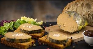 Foie gras och pepparkakakaka arkivbilder