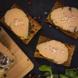 Foie gras och pepparkakakaka royaltyfria bilder
