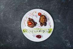 Foie gras på medaljonger av kalvköttet med söta aubergine royaltyfria foton
