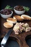 Foie gras sui panini e sulla marmellata d'arance della cipolla rossa Fotografia Stock Libera da Diritti