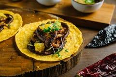 Foie Gras taco tjänade som på träskärbräda med olika såser, och mexikanen torkade chili arkivbilder