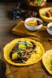 Foie Gras taco tjänade som på träskärbräda med olika såser, och mexikanen torkade chili arkivfoton