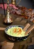 Foie ost och gräsplaner med spiskummin och paprika i den turkiska koppen Royaltyfri Foto