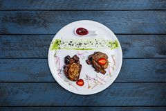 Foiegras op medaillons van kalfsvlees met zoete aubergines Royalty-vrije Stock Foto