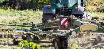 Foin de séchage de tracteur dans une récolte de foin Photos libres de droits