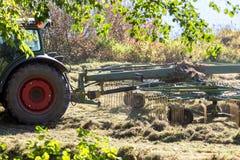 Foin de séchage de tracteur dans une récolte de foin Images libres de droits