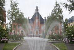 Fointain i frong av det Umeå radhuset i Sverige Arkivbilder