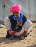 Foire traditionnelle dans Pushkar Homme indien s'asseyant au sol Image stock