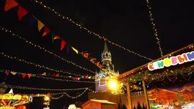 Foire traditionnelle sur la place rouge, arbres de Noël, décorations banque de vidéos