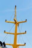 Fokkemars en Gele Mast van een Varende Boot Stock Afbeeldingen