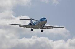 Fokker 100 del KLM que aterriza Imágenes de archivo libres de regalías