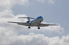 Fokker 100 do KLM que aterra Imagens de Stock Royalty Free