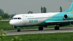 Fokker 100 Beku Lotniczy taxiing po przyjeżdżający zdjęcie wideo