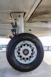 Fokker 100 do trem de aterrissagem Fotografia de Stock Royalty Free
