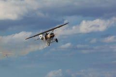 Fokker DVIII parmi des nuages Photos stock