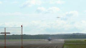 Fokker F70 van KLM-Luchtvaartlijnen het opstijgen stock video