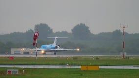 Fokker 70 KLM Cityhopper που φρενάρει απόθεμα βίντεο