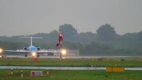 Fokker 70 KLM Cityhopper που φρενάρει φιλμ μικρού μήκους