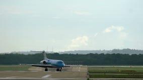 Fokker 70 kwam aan luchthaven aan stock video