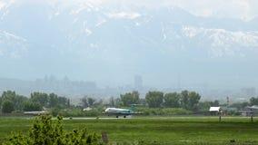 Fokker 100 van Bek Air kwam in luchthaven aan stock footage