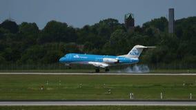 Fokker 70 van KLM-luchtvaartlijnen die bij de luchthaven van Dusseldorf landen stock videobeelden