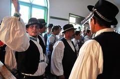 Fokloredansers die in traditionele Slowaakse kleren dansen royalty-vrije stock afbeeldingen