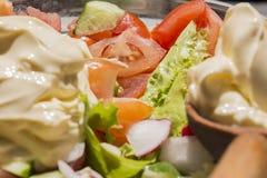 Fokus auf Bestandteilen und Gurken und Tomaten lizenzfreie stockfotos