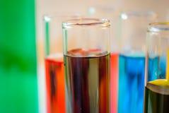 Fokus auf chemischer Verbindung lizenzfreie stockfotografie