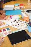 Fokus auf dem Papier mit den Händen Lizenzfreie Stockfotografie