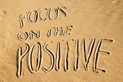 Fokus auf dem Positiv Kreatives Motivationskonzept stockbild