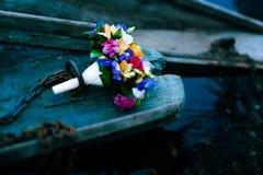 Fokus auf dem Vordergrund Blumen im Boot Stockfotografie