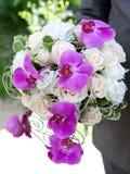 Fokus auf dem Vordergrund Blumenstrauß von frischen Blumen, von Orchideen und von Rosen für die Hochzeitszeremonie Stockbilder