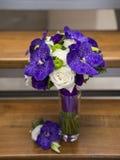 Fokus auf dem Vordergrund Braut ` s Blumen Stockbilder