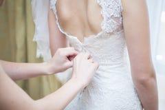 Fokus auf dem Vordergrund Braut ` s Blumen Lizenzfreies Stockbild