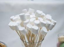 Fokus auf dem Vordergrund Braut ` s Blumen Lizenzfreie Stockbilder