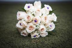 Fokus auf dem Vordergrund Braut ` s Blumen Stockfotos
