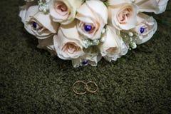 Fokus auf dem Vordergrund Braut ` s Blumen Lizenzfreie Stockfotos