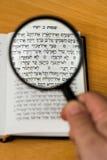 Fokus auf der Bibel Stockfotografie