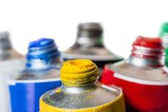 Fokus auf einem gelben Rohr mit Farbe Stockfotos