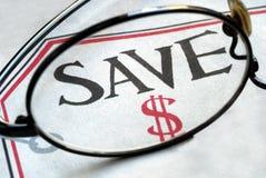 Fokus auf Einsparunggeld, wenn Kauf abgeschlossen wird Lizenzfreies Stockfoto