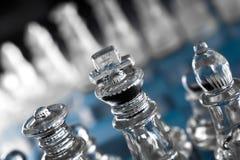 Fokus auf König On Blue Checkerboard in der Dunkelheit Lizenzfreie Stockfotos
