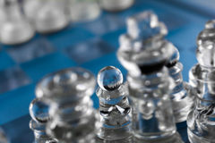 Fokus auf Pfand auf blauem Schachbrett Lizenzfreies Stockfoto