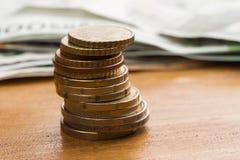 Fokus auf Seil Eurobargeld und Münzen Eurogeldbanknoten stockfotografie