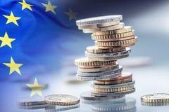 Fokus auf Seil Euroflagge Fünf, 10 und fünfzig Eurobanknoten Münzen gestapelt auf einander in den verschiedenen Positionen Flagge Stockfotos