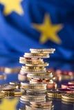 Fokus auf Seil Euroflagge Fünf, 10 und fünfzig Eurobanknoten Münzen gestapelt auf einander i Stockbilder