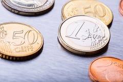 Fokus auf Seil Fünf, 10 und fünfzig Eurobanknoten Euromünzen gestapelt auf einander in den verschiedenen Positionen Lizenzfreie Stockfotografie