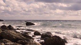 Fokus auf Welle auf dem Vordergrund stock footage