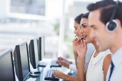 Fokus av att le call centermedlet Arkivbild
