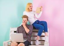 Fokus av den intresseflickan och grabben som intresseras i intellektuell aktivitet Man med bärbara datorn och kvinnan med den ent fotografering för bildbyråer