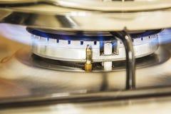 Fokus des Gases der blauen Flamme auf einem kochenden Topf des Kochers in Küchengas s Stockfotos